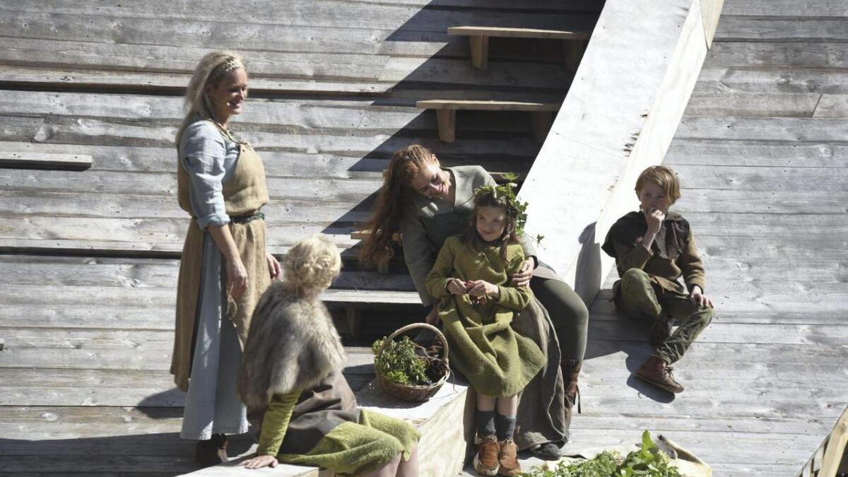 Nina Sele, Nina Meldahl Olsen og Vilde Stokke saman med eit par av barna som speler i stykket.