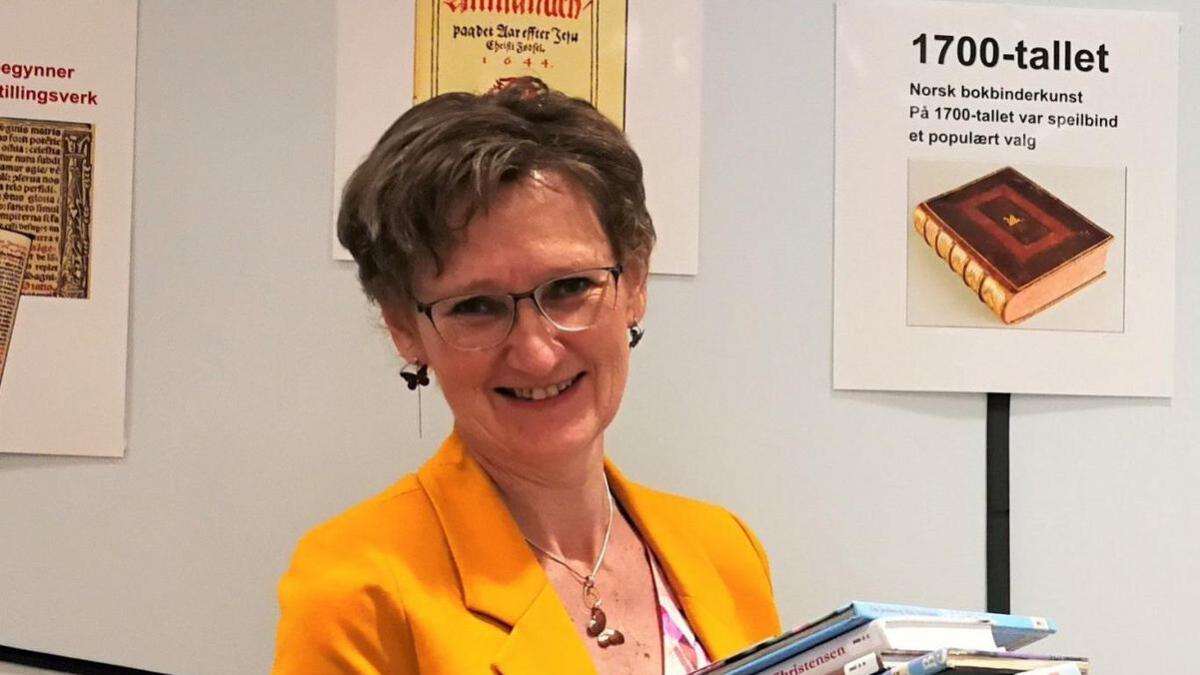 Biblioteksjef i Grimstad, Brit Østerud besøker Lillesand for å fortelle om bokas historie.