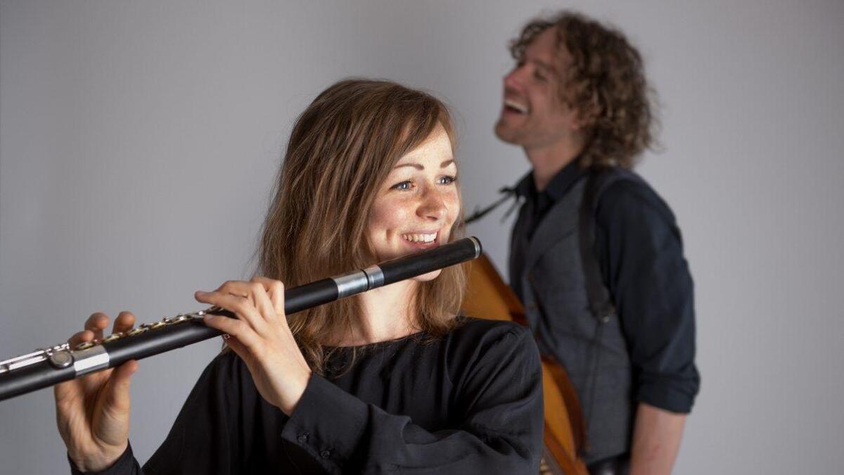 Fløytist Katrine West og nøkkelharpespelmann Erik Rydvall har begge røter i svensk folkemusikk. Dei er opptatt av det sterke sambandet mellom tradisjonsmusikken og barokkmusikken.