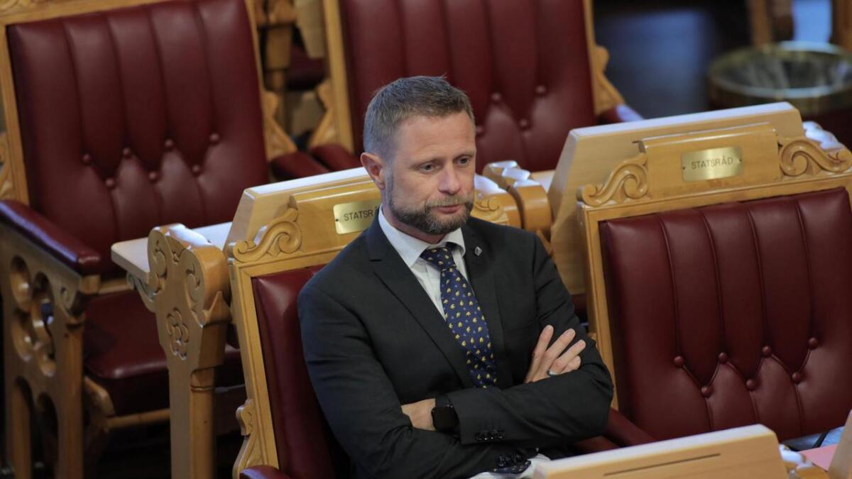 Helseminister Bent Høie (H) sier at han håper migrenemedisinen Aimovig blir tilgjengelig for nordmenn, til en rimelig pris, så fort som mulig.
