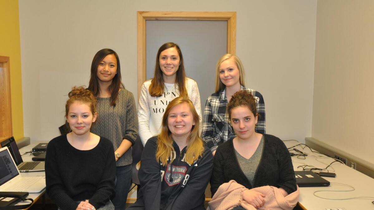 Milena, Kasia og Nuria fra Polen besøkte denne uken 10.klasse på Runni ungdomsskole og bak f.v. Keiana De Roasario, Julie Gresbakken og Wendela Watland.