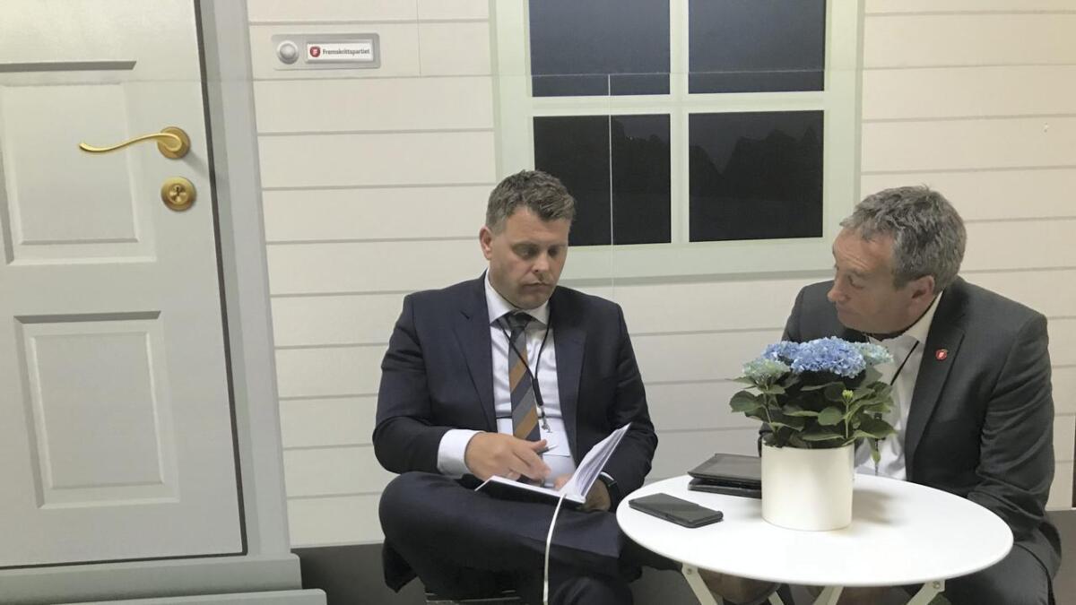 Sigbjørn Framnes, ordførarkandidat i Stord, tok opp situasjonen for Sunnhordland tingrett med justisminister Jøran Kallmyr (t.v.).