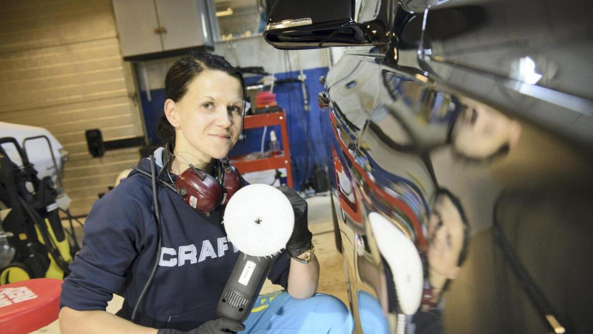 Anette Stensvold har starta sin eigen bilvask- og poleringsverkstad i Sagvåg og deler gjerne sine beste vasketips.