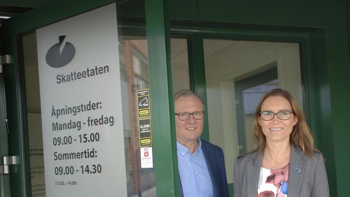 Beate Skretting og Einar Holmer Hoven jobber begge i Skattedirektoratet. Nå forsvinner de ut i fire års permisjon for å bli ordførere i henholdsvis Grimstad og Lillesand.