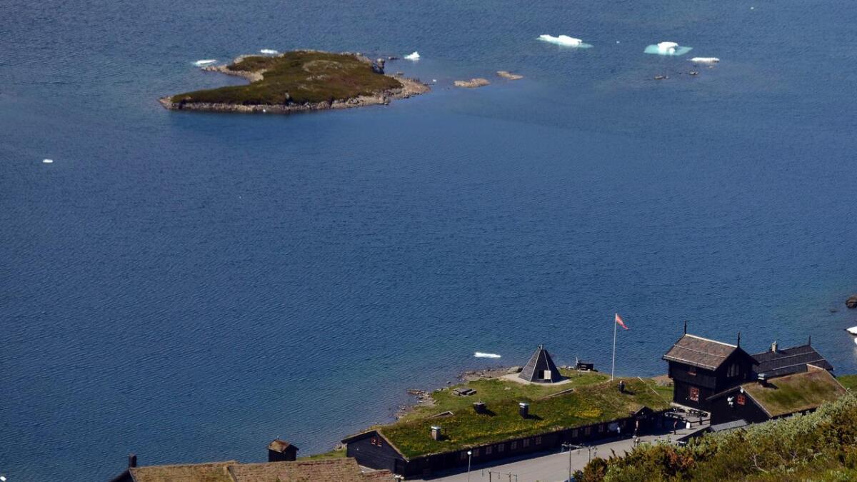 Haukelifjell Fjellstue ligger helt sør på Hardangervidda, og de nærmeste nabohyttene er Holmavatnhytta og Hellevassbu.