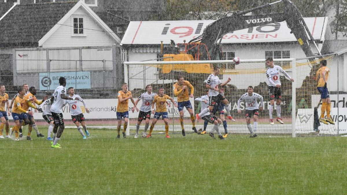 Jerv og Odd spilte en temmelig våt treningskamp onsdag. Så vått ble det på Levermyr at dommeren valgte å avbryte kampen ett kvarter før full tid.