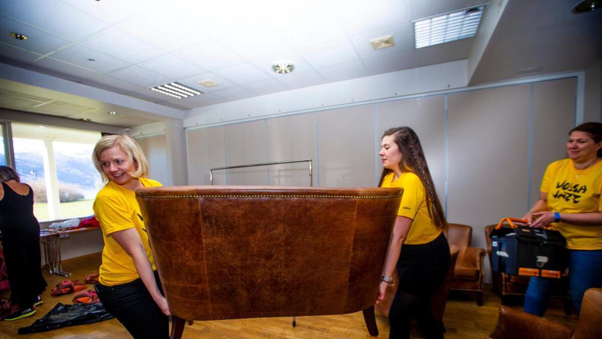 Silje Solstad (f.v.), Ylva Knausgård Hommedal og Kari Anne Hommedal ber ein sofa inn på backstageområdet på Park. Snart er det klart for Vossa Jazz.