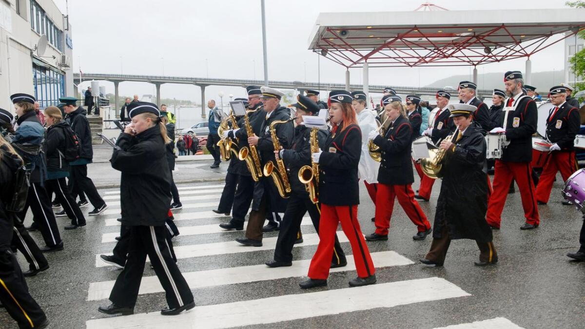 Musikantene holder takten i sine fine uniformer.