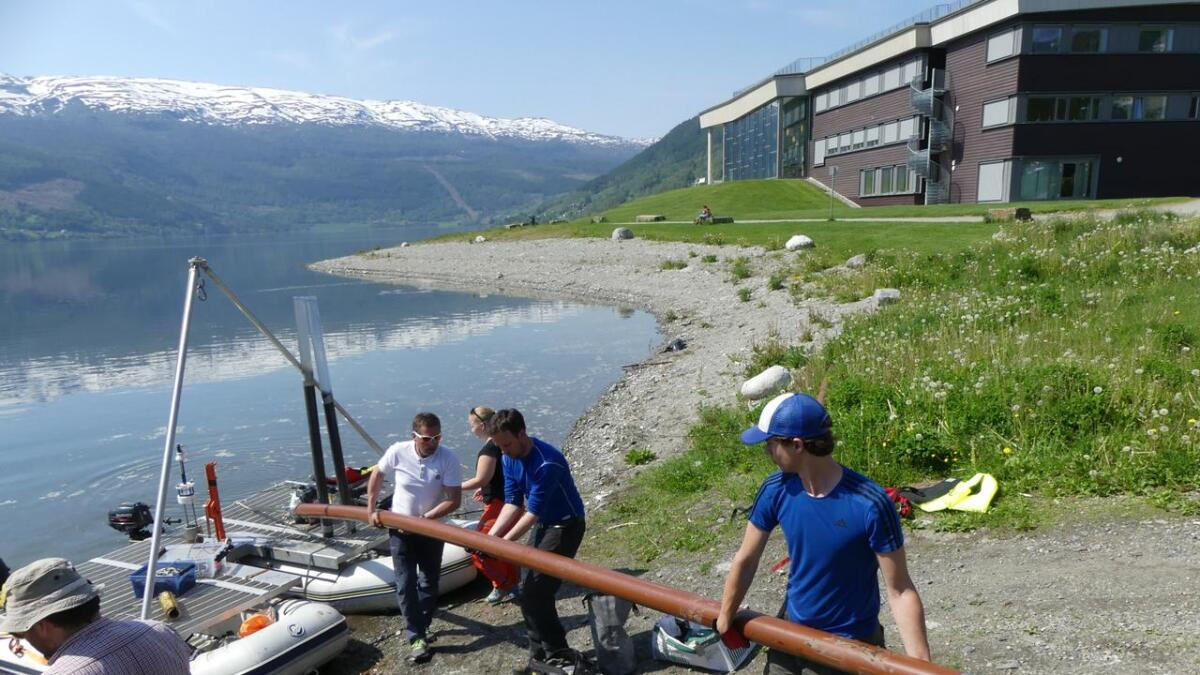 Seks meter botn frå Vangsvatnet vert teken i land. Neste stopp er laboratoriet i Bergen, der han melloim anna skal innom CT-maskina.