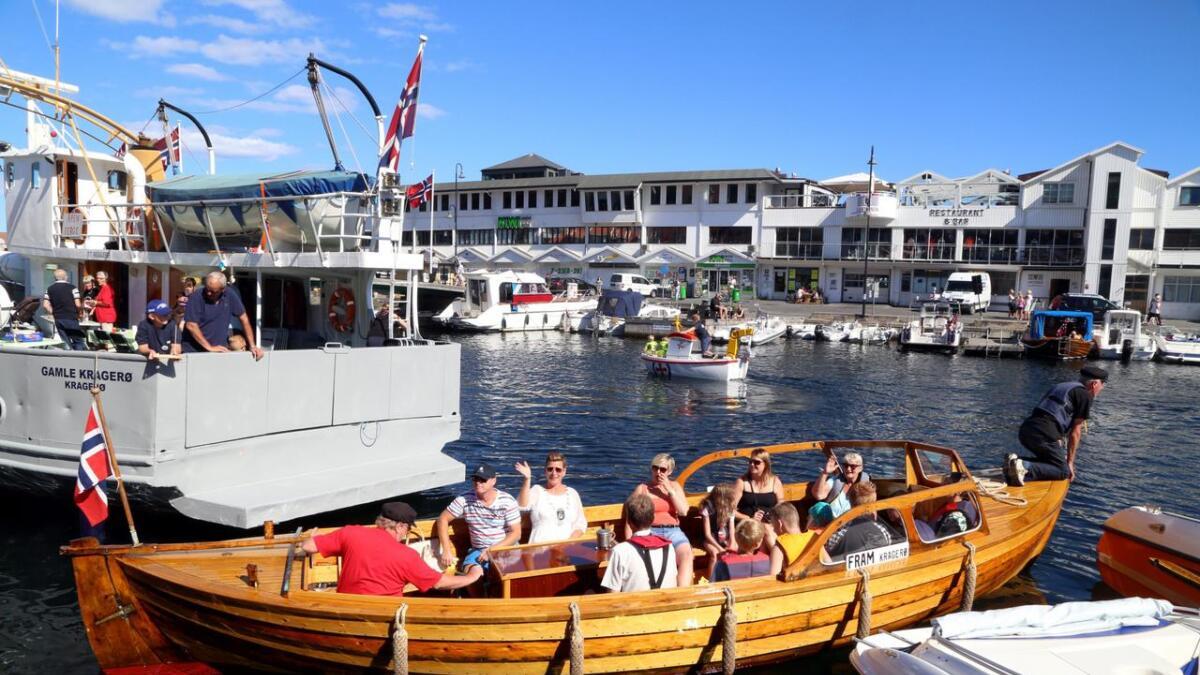 Skyssbåten «Fram» legger ut på sin første tur under «konfirmasjonen» etter restaureringen. Gudmor Ninn Røssholmen vinker forut.