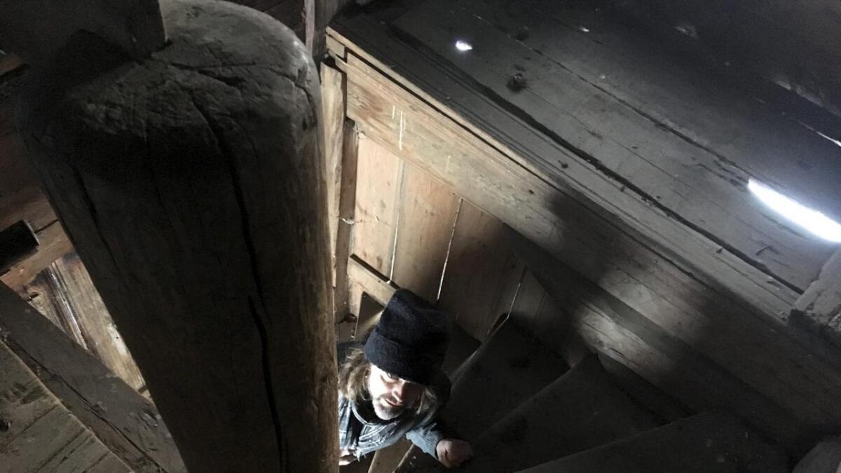 Her gjenskaper regissør Lars Rasmussen et av Theodor Kittelsens mest kjente bilde, på stabburet i Eggedal