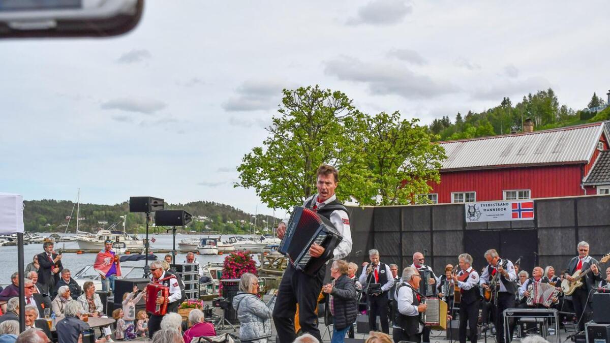 Dei som er glade i trekkspel, har ein godbit i vente 19. september. Då skal Lindesnes Trekkspillklubb spela konsert i Gamlekinoen. Her er laget sin formann, Ståle Manneråk Kongsvik, i aksjon under ein konsert i Tvedestrand tidlegare i sommar.