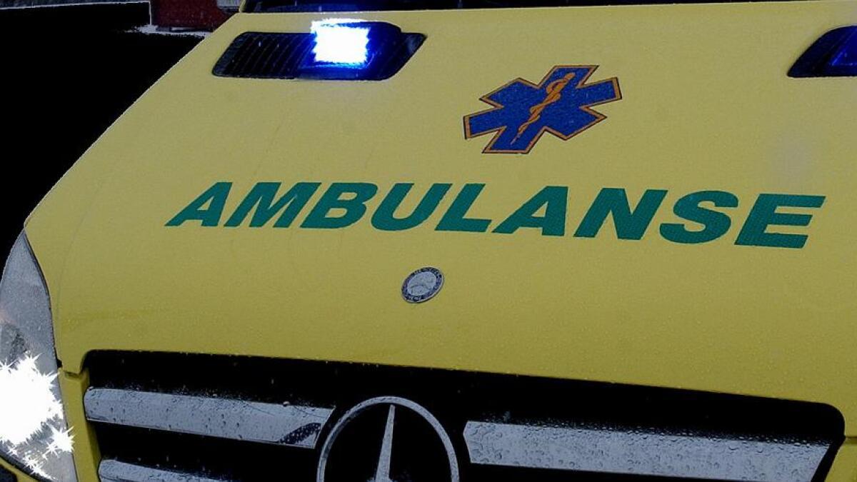 Ambulansen måtte hente kvinnen som hadde falt og ødelagt seg. Men det kunne gått mye verre om ikke en sjåfør hadde klart å svinge unna.