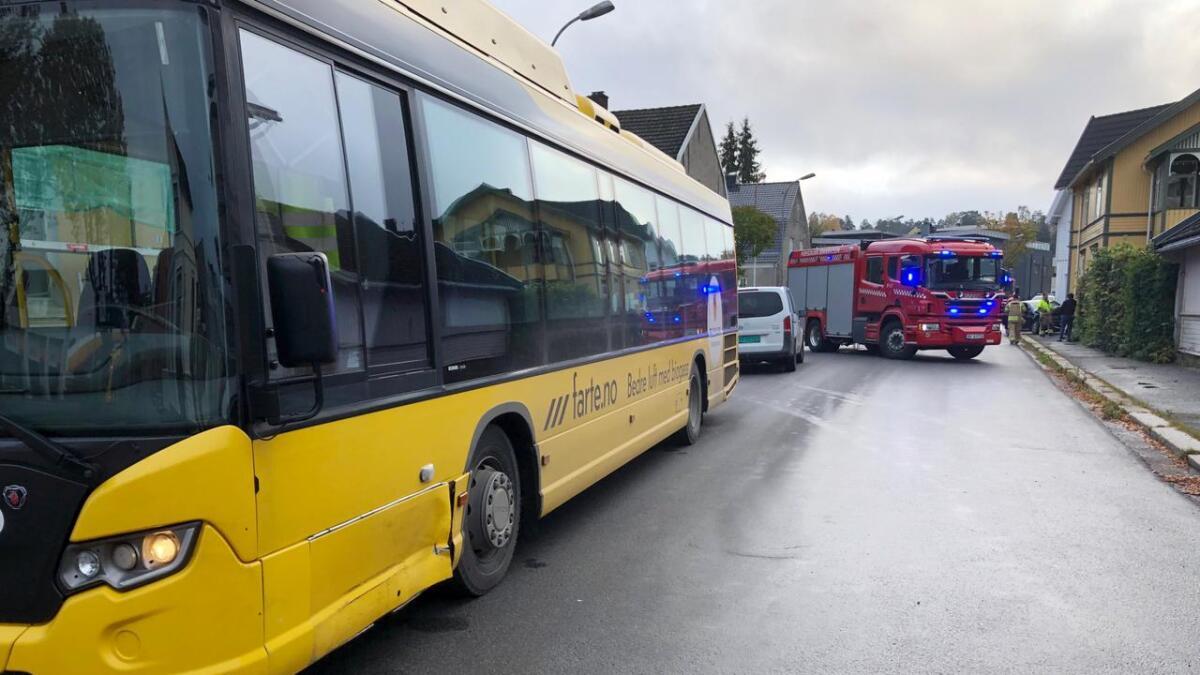 Bussen fikk mindre skader på førersiden foran.