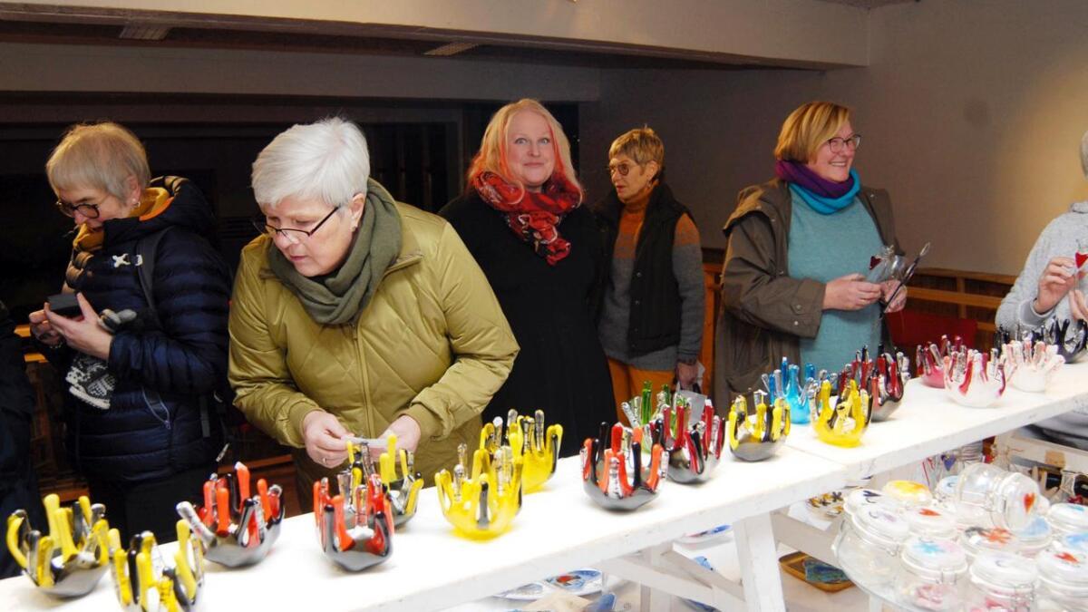 En rekke flotte glassgjenstander skiftet eier da kunstner Siv Johansen fra galleri Uvær tirsdag kveld åpnet egen salgsutstilling i biblioteket. Arrangementet er Kunst- og kulturstrømkomiteens bidrag til de pågående Lødingendagene.
