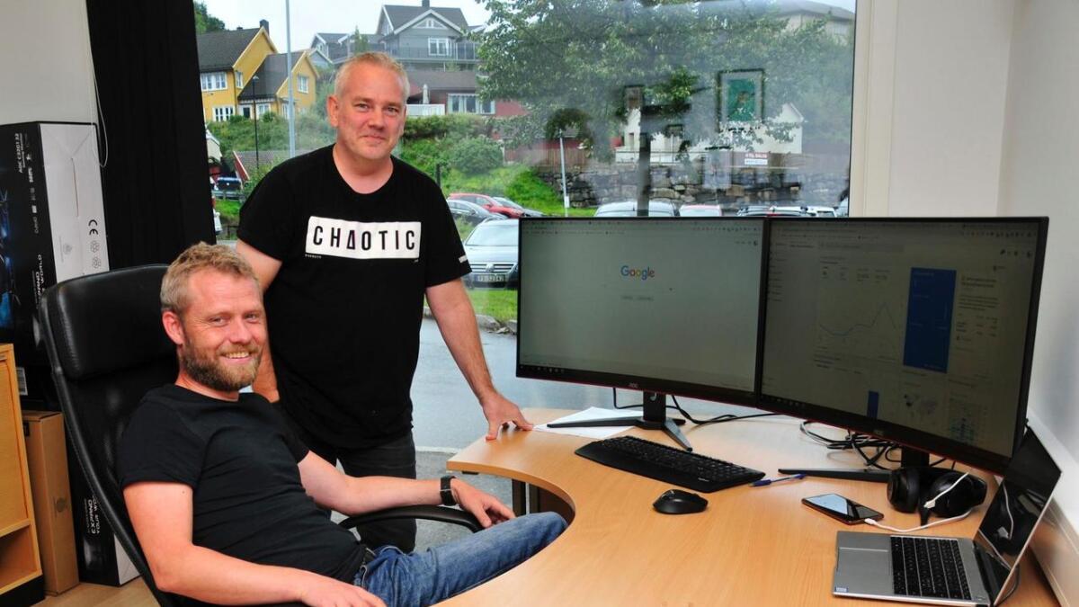 Tom Helge Ågedal og Daniel Moe utfyller hverandre i jobben med å designe nettsider og få dem synlige på Google. 8Foto Anne Gunn Pedersen