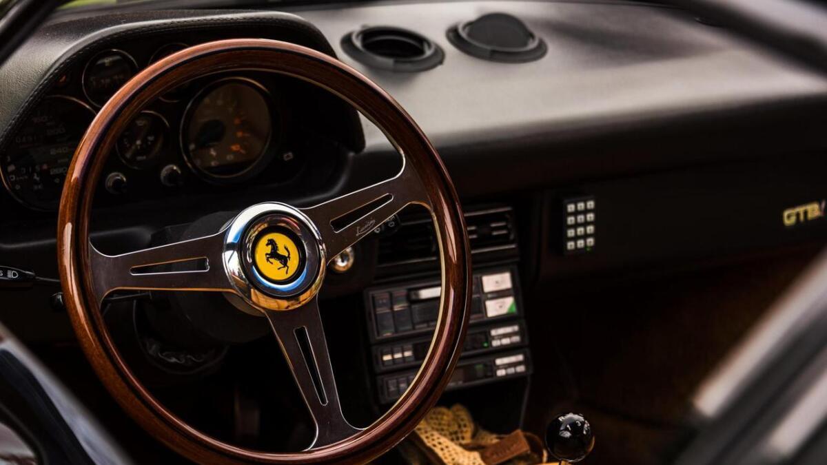 På innsida av ein Ferrari 308 GTS.