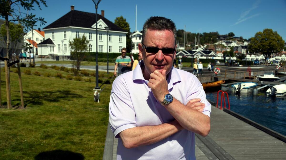 Paul James er ny i byen. Han er opprinnelig fra Skotland, men har bodd i mange ulike land og jobbet mye på cruiseskip på de åpne hav. Nå er han i Grimstad, og lørdag viser han sine hypnosetalenter på Breivik camping i Homborsund.