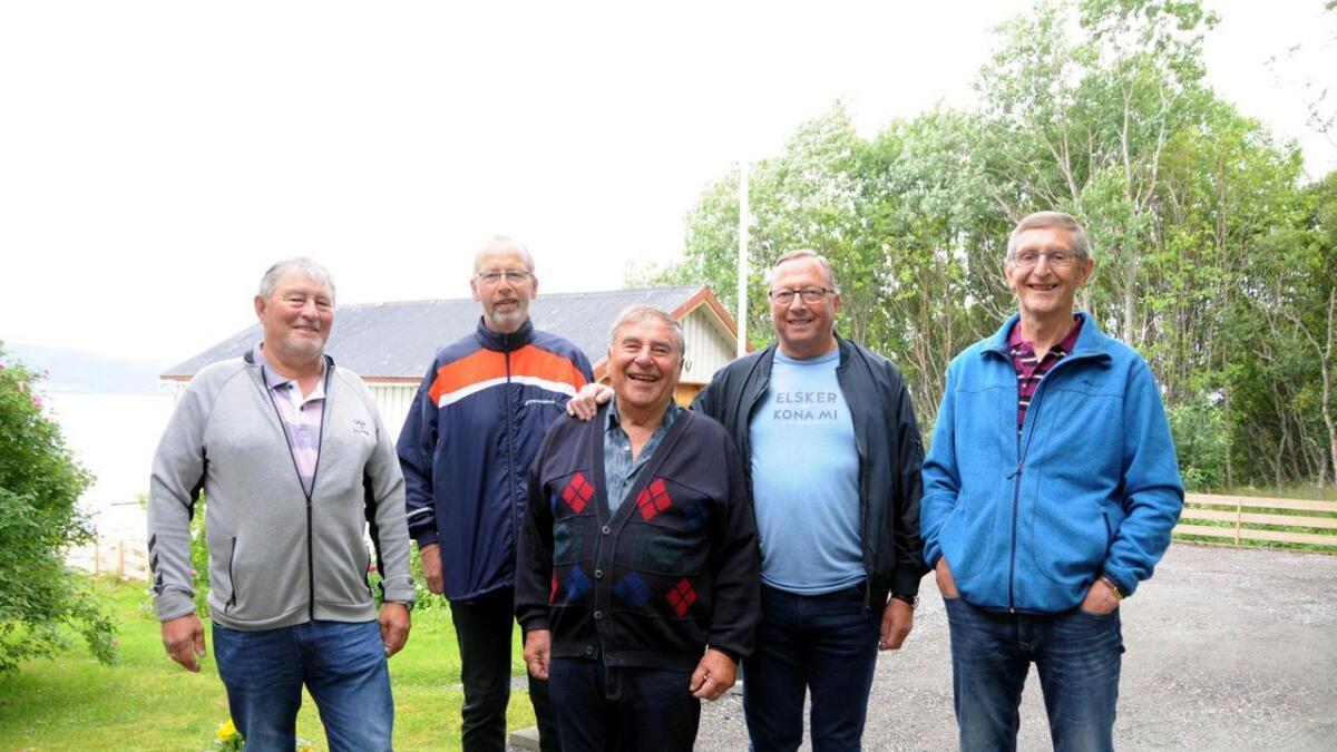 Oddvar Hansen, Egil Hansen, Roald Hansen og Alf Hansen vokste opp sammen på 1950- og 60-tallet, og var alle aktive idrettsutøvere. Asbjørn Aune (foran) sto sentralt i å legge til rette for idrettsmiljøet på Liland, Maurnes og Reinsnes. (Alle