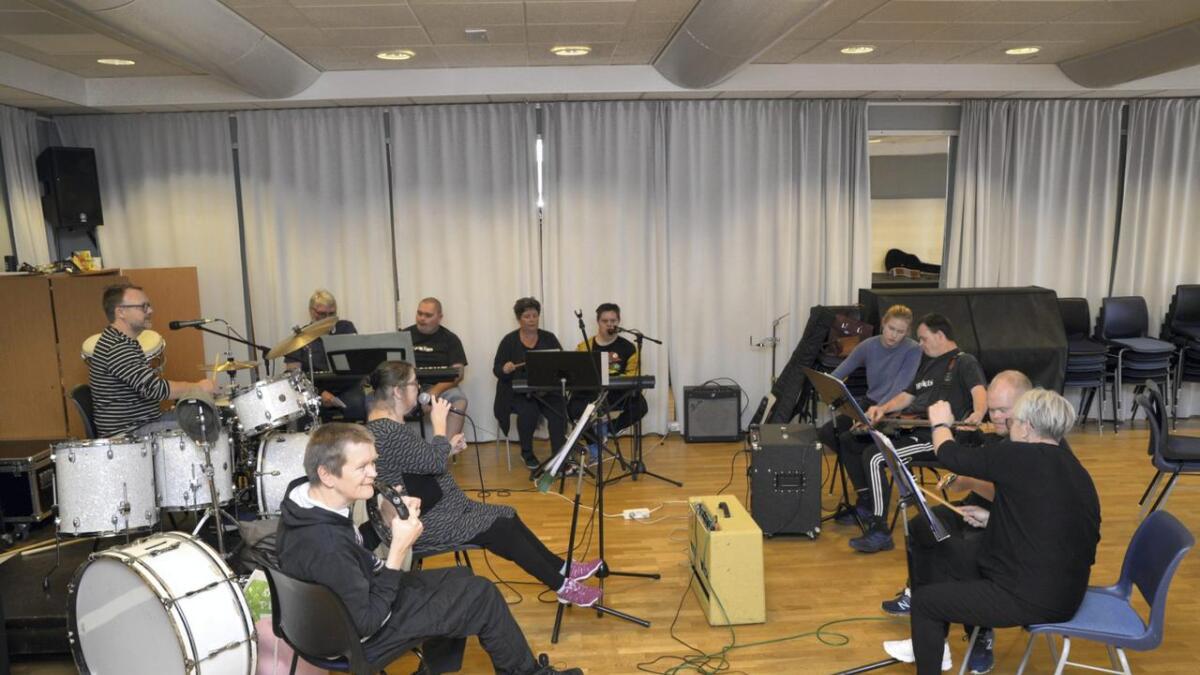 Bandet har sett opp eit flott repertoar til konserten. Her øver dei inn klassikaren «Forelska i lærer'n».