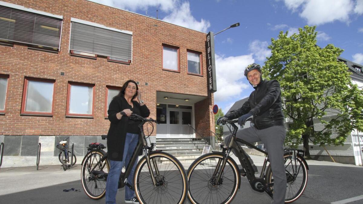 Tirsdag starter biblioteket med utlån av elsykler. Her viser Gitte Mjøen og Erik Næs fram to av dem.
