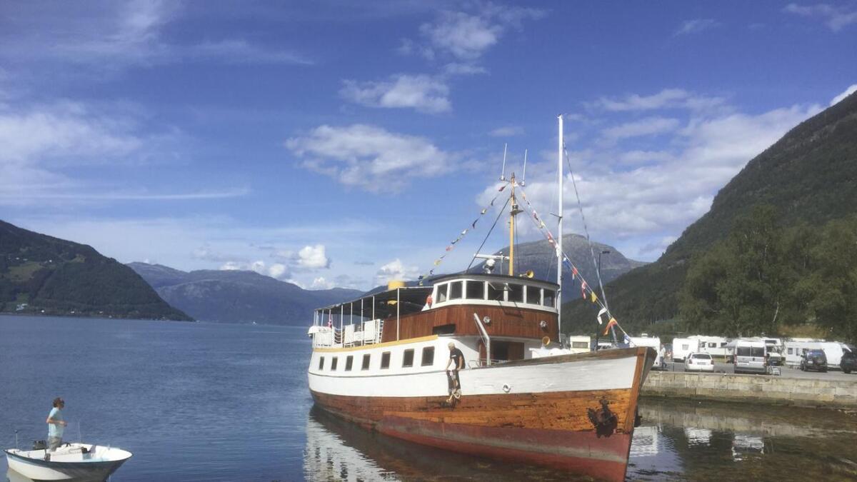 Festivalbåten Lindenes køyrde på grunn i Kinsarvik.