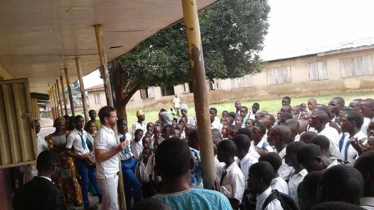 Trygve Raen har selv vært i Nigeria og presentert solenergi-lampen. Han forteller om en god mottakelse.