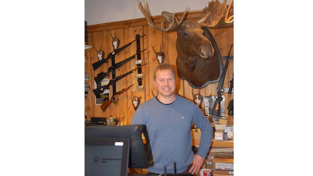 Kenneth Hobbesland på Jaktcompagniet AS på Evje opplever at butikken har skaffa seg eit godt rykte. Det gjer også at førjulsinnspurten kan bli travel i jaktbutikken i Torgeir Lund-bygget.
