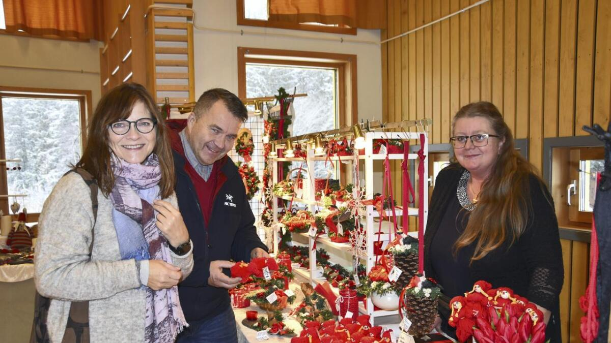 Vigdis og broren Kim Undstad koste seg på julemarked og syntes at Hilde Østli hadde mange fine juleprodukter til salgs. Alle