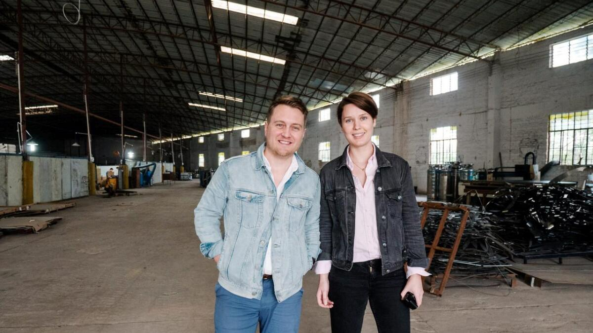 Med selskapet Brave Global satser Markus Vesøen og Elisabeth Bratteberg fra Grimstad på flere ulike produkter. Sist ut er en pizzaovn til utendørsbruk. Her er gründerne på fabrikken i Kina.
