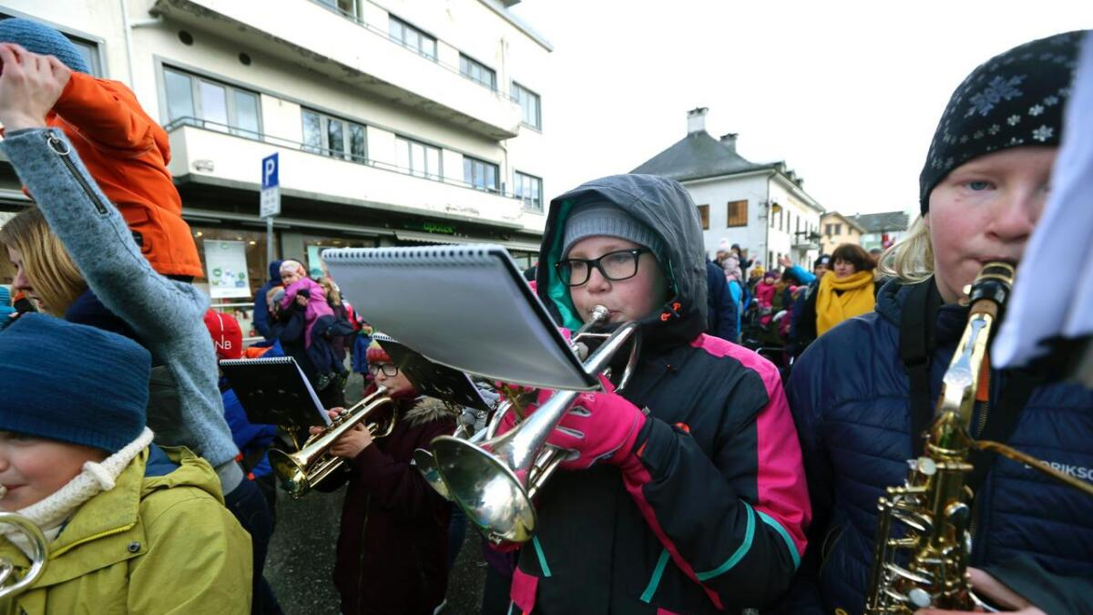 Thea (t, v,) og Millie Marie spelte for fyste gong i Badnajazz-paraden laurdag.