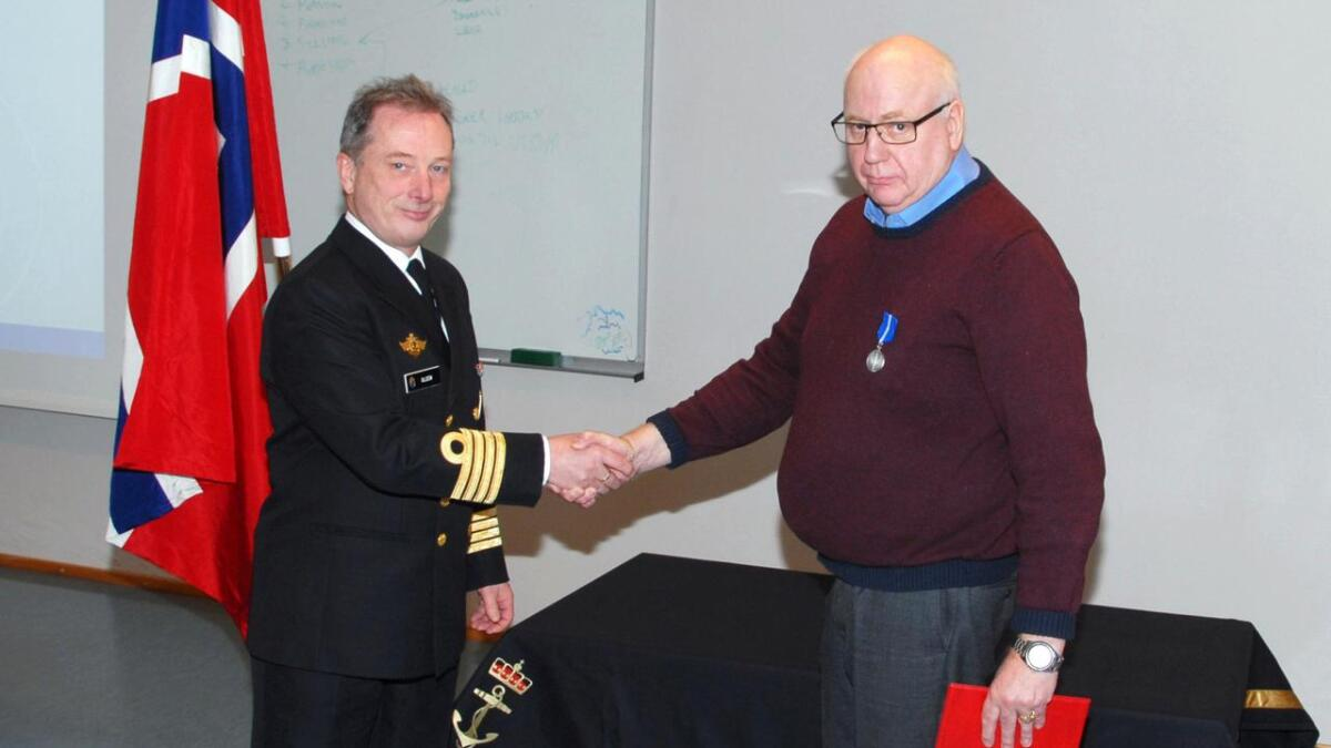 Karstein Johan Molund fikk tildelt Forsvarets medalje for internasjonale operasjoner etter sin tjeneste Unifil Norbatt i 1992 i Libanon. Han fikk medalje og diplom ovverakt av nestkommanderende ved Kystvakta, Steve Olsen.