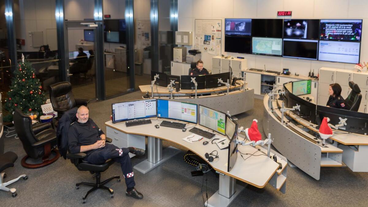 Planen er å etablere en ny nødmeldingssentral i Kristiansand, når byen får nytt politihus. Den nye sentralen kan være i drift fra 2023. Dette bildet av 110-sentralen på Stoa ble tatt på nyttårsaften i fjor.