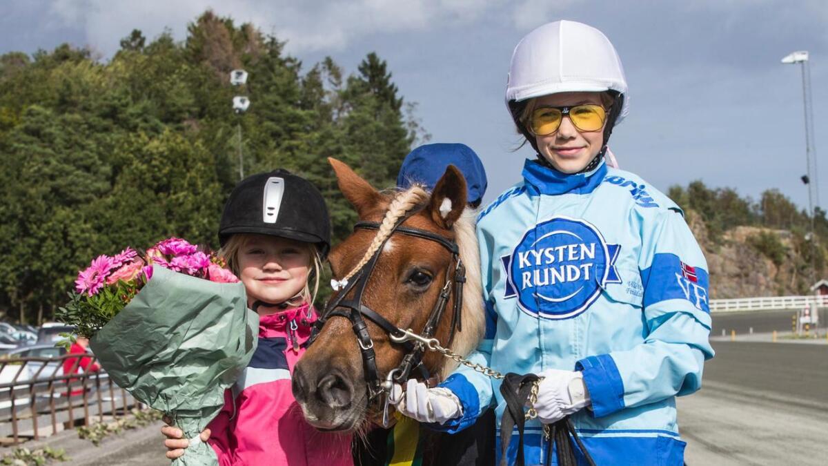Søstrene Emma Josefin V. Ekhaugen (6) og Cecilia Linn V. Andersen (11) smilte bredt etter at deres øyensten Smedens Betty Boop tok nok en V75-seier på hjemmebane.