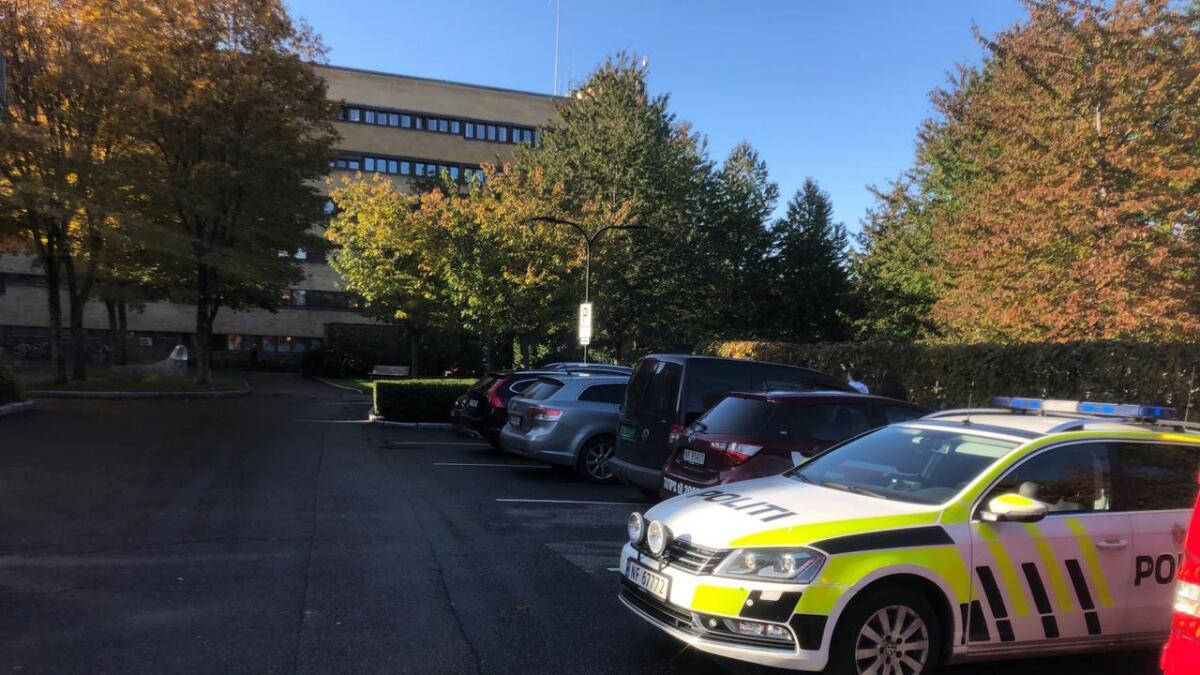 To personer fikk i seg røyk etter et branntilløp på Sykehuset Telemark mandag ettermiddag.