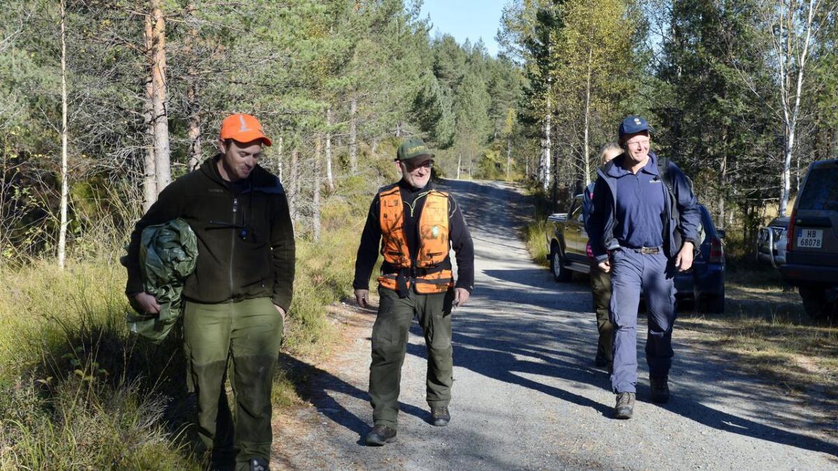 Leder for viltnemda i Froland, Øyvind Froland (midten) og Lars Johan Skjeggedal fra Statens Naturoppsyn (SNO) er på vei ut til dyret.