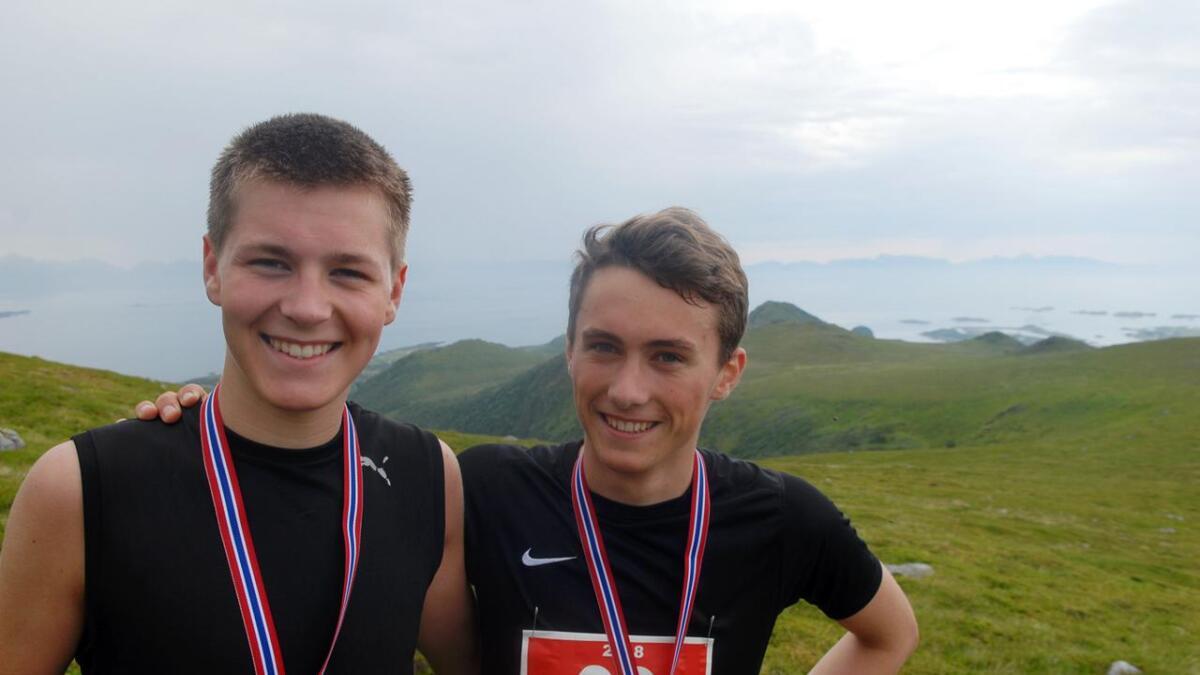 Skiguttene John Ivar Karlsen (t.v.) og Jacob Pettersen fra Melbu konkurrerer også sommerstid. John Ivar var raskest denne gangen.