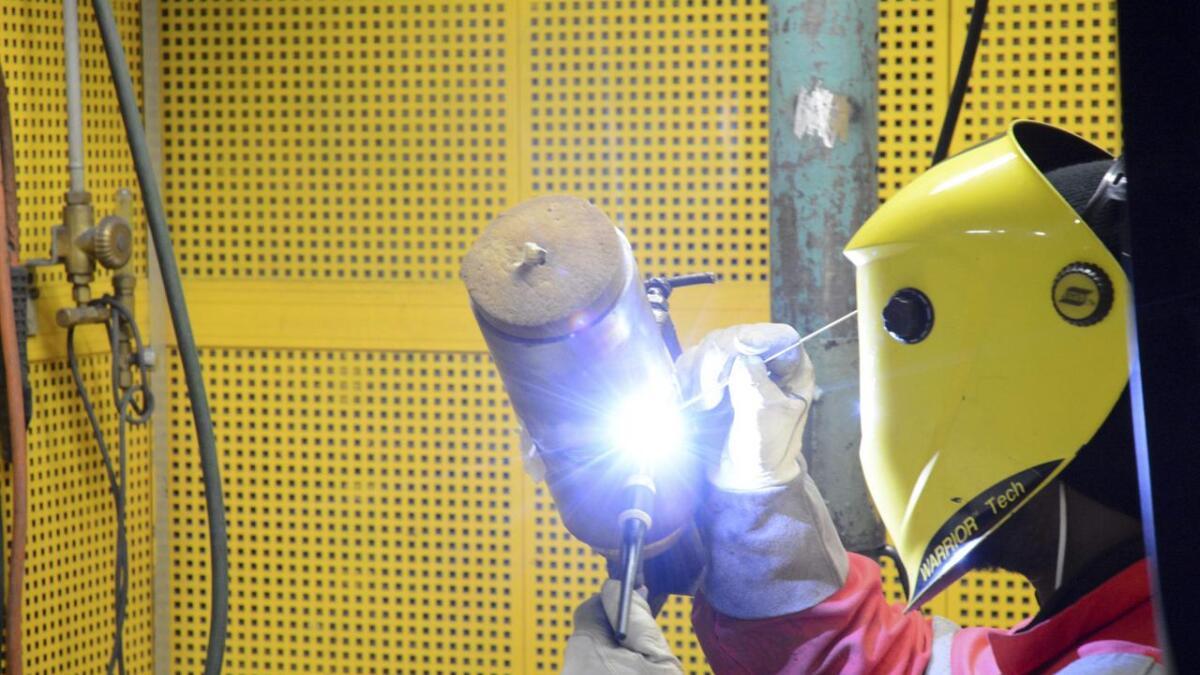 Magne Rommetveit (Ap) er svært kritisk til regjeringa, som har endra permitteringsreglane, noko som mellom anna vil råka industriverksemdene i Sunnhordland.