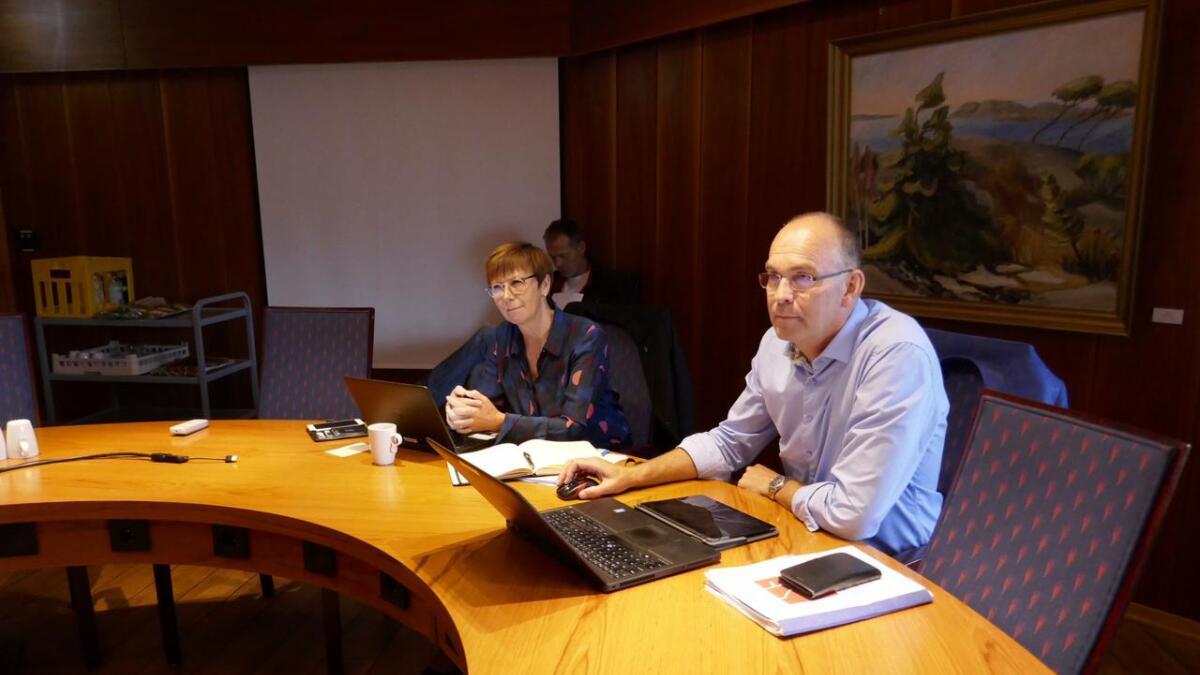 Ordføreren sammen med kommunens rådmann, Tone Marie Nybø Solheim.