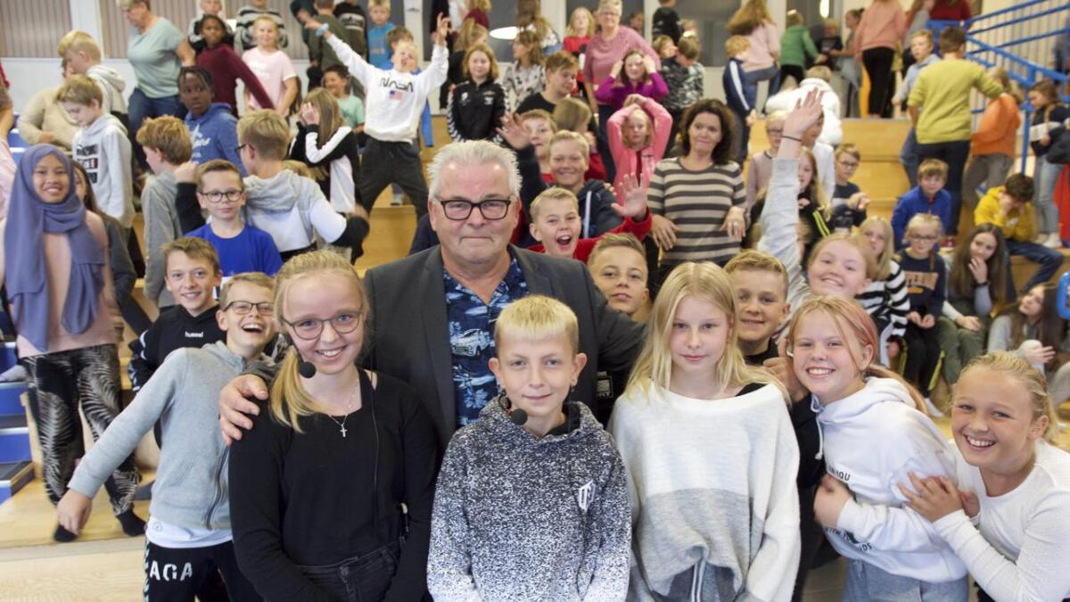 Forfattar Atle Hansen er blant dei nominerte med boka Flukt. Her er han på bokbad med elevar frå Rimbareid barne- og ungdomsskule på Fitjar tidlegare i haust.
