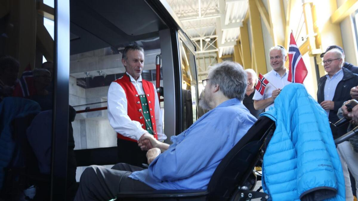 Adm. direktør Øyvind Wæhle i Voss Resort ynskte Sam Meyer inn i kabinen for den fyrste offisielle turen med den nye gondolen.