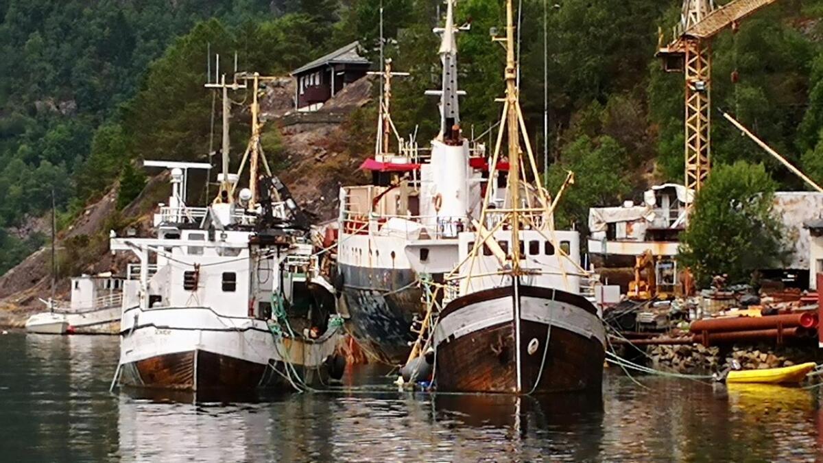 To av båtane ved Stamnes motorverkstad har eigaren fått utvida frist til nyttår med å fjerna. Biletet er frå juli i fjor, då ein av båtane hadde sokke.
