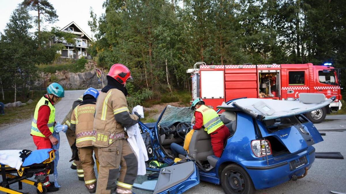 Bil sluppet fra 30 meters høyde skal simulere et sammenstøt i 70 kilometer i timen. arkivfoto Anne Gunn Pedersen