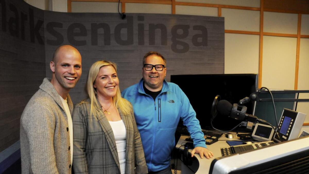 Redaksjonssjef Christina Førli Aas flankert av NRK Telemarks morgenduo Stian Wåsjø Simonsen (t.v.) og Ken Willy Wilhelmsen.