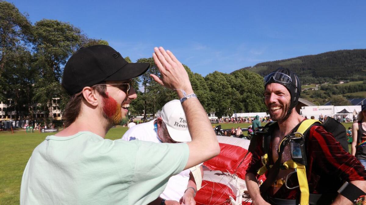 Veko-sjef Kjetil Kriken, her saman med fallskjermhoppar Erik Vliegenhart, er stolt over Veko og Pride.