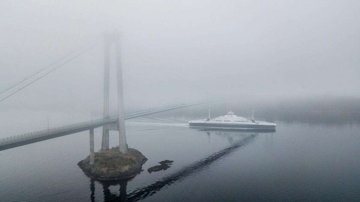 Her ser me MF «Samnøy» som passerer Spissøysundet med kurs for ferjesambandet Halhjem-Sandvikvåg tidlegare i år.