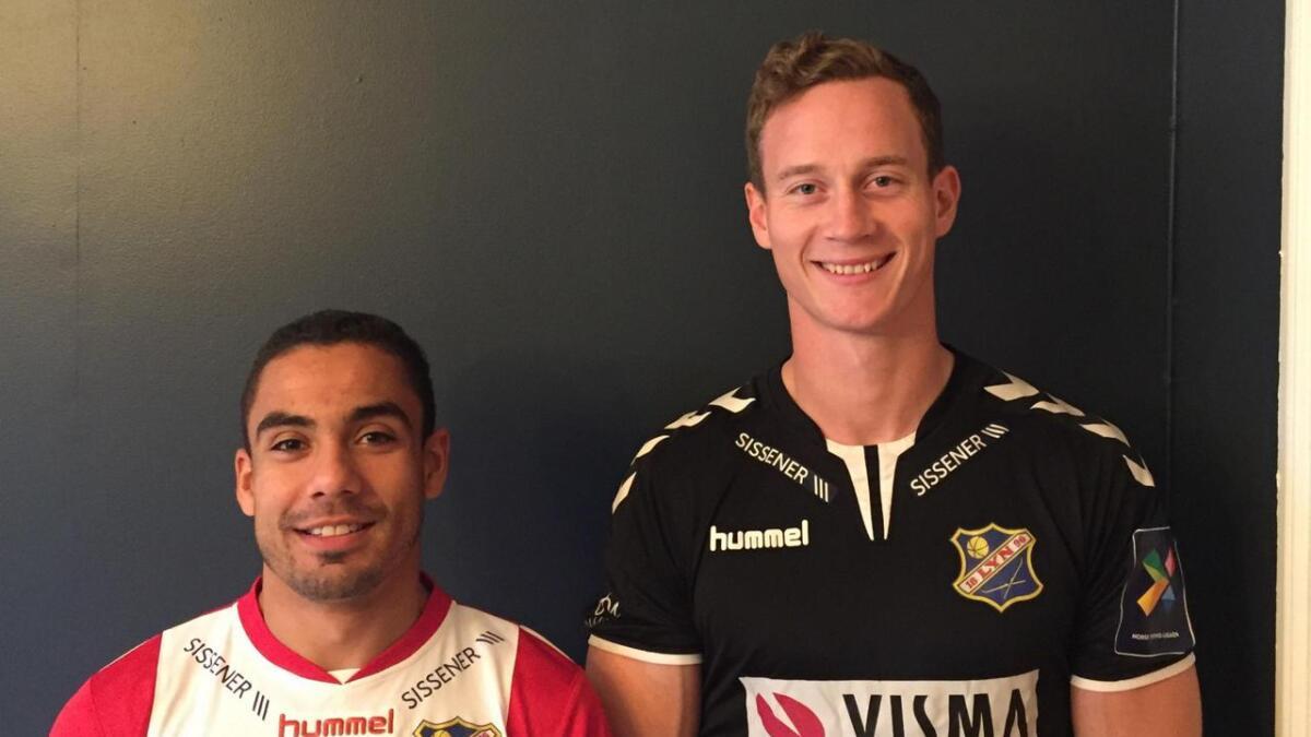 Ulrik Reinaldo Berglann og Øyvind Knutsen poserer i Lyn-drakta etter overgangen fra Arendal Fotball.