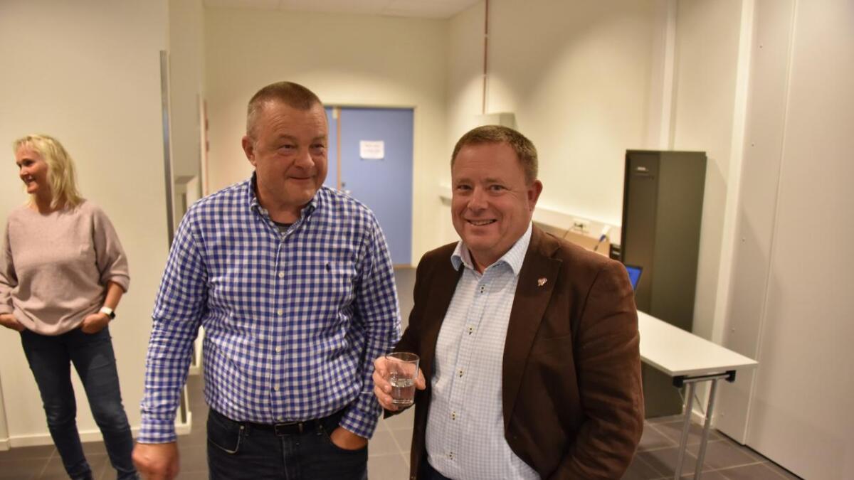 Ordfører Anders Christiansen (Ap) og ordførerkandidat Geir Colbjørnsen (KrF) smilte tappert for fotografen, men var svært misfornøyde med valgdagsmålingen.