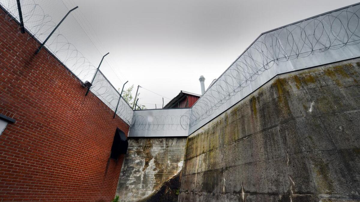 Dette er innsiden av luftegården til innsatte i Arendal fengsel. Det var over denne muren narkoballen med hasj, amfetamin og heroin ble kastet. Bildet er tatt ved en tidligere anledning.