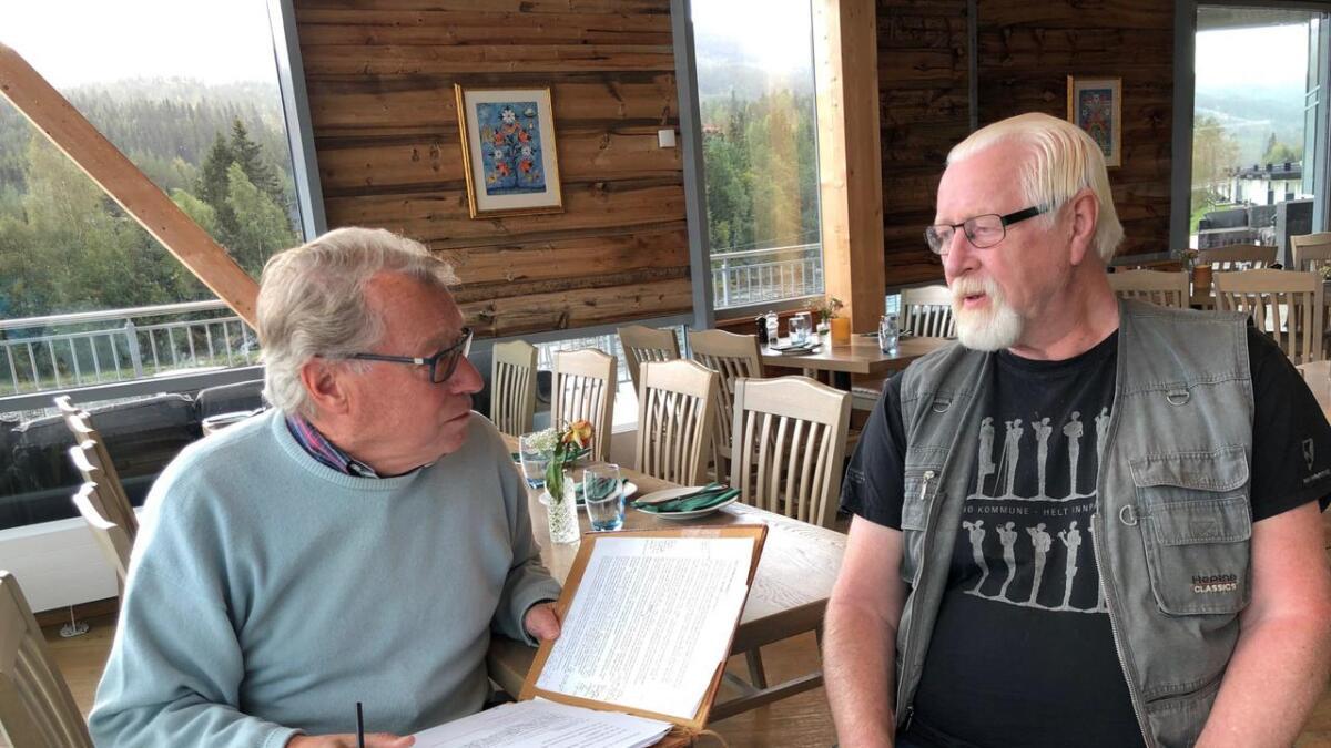 Hallgrim Berg er forfattar, folkemusikar og tidlegare politikar. Arne Moslåtten er mest kjent som tekstforfattar og medlem i Hellbillies. Desse to karane skal vere programleiarar under humorgalleien.